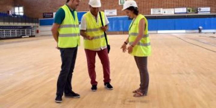 L'alcalde, Carles Escola, el cap d'Esports, i la regidora d'Esports, Laura Benseny durant la visita