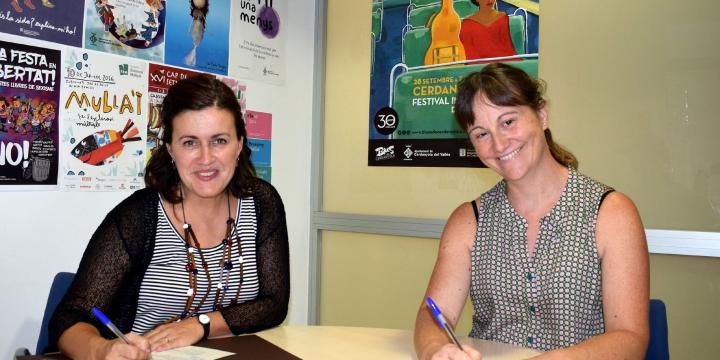 Elvi Vila i Marta Buxó signant el conveni de col·laboració