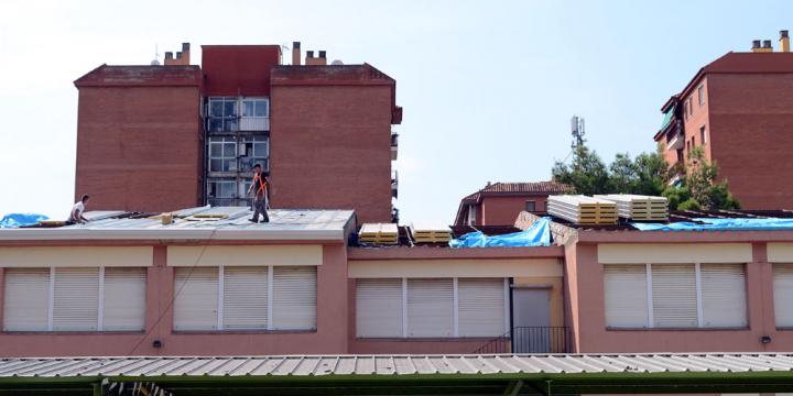 Treballs a la teulada de l'escola Serraperera, l'any 2017. Foto Arxiu.