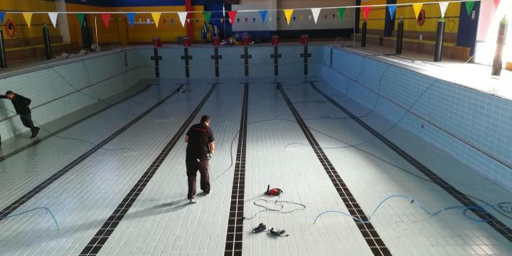 Treballs per detectar la causa de les fuites d'aigua a les piscines