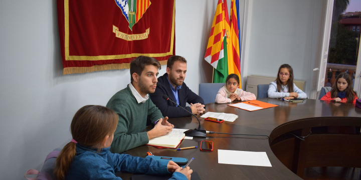 El regidor d'Educació i l'Alcalde s'adrecen als infants del CIAC