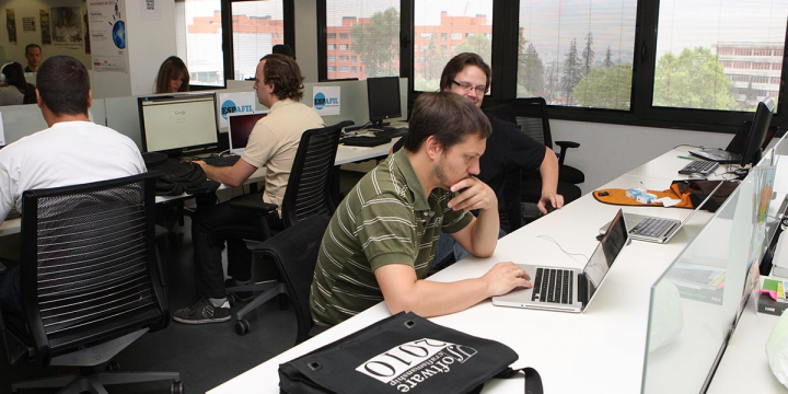 Imatge d'arxiu d'unes oficines amb persones treballant