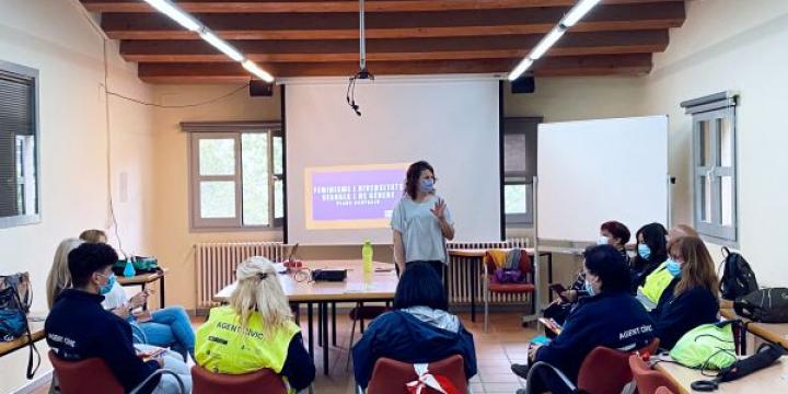 Moment de la formació feminista a les persones integrants d'un pla d'ocupació