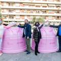 Carme Arché, Carlos Cordón, Eulàlia Mimó i Víctor Luna amb els contenidors roses amb motiu del Dia Internacional contra el Càncer de Mama