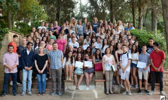 Foto de família de l'alumnat i persones participants a l'acte