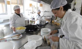 Persones voluntàries treballant al menjador social