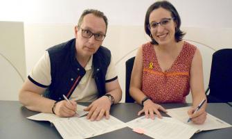 Felipe López i Laura Benseny firmant el conveni de col·laboració