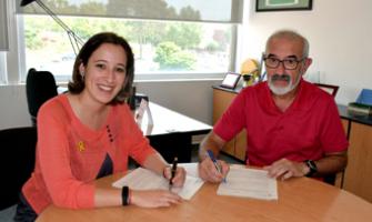Laura Benseny i Juan Carlos Ahumada en el moment de signar el conveni