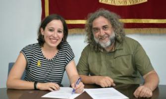 Laura Benseny i Pedro Casas firmant el conveni