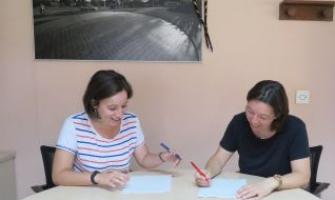 Laura Benseny (esquerra) i Miriam Mimó firmant el conveni de col·laboració