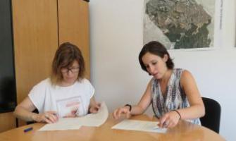 Adela Berbel i Laura Benseny signant el conveni de col·laboració