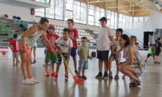 Laura Benseny, esquerra, conversant amb els infants del Poliesportiu de Can Xarau