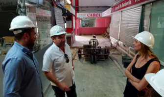 Un moment de la visita d'obres amb tècnics de l'Ajuntament, el cap d'obra i l'alcaldessa accidental, Contxi Haro