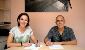 Laura Benseny i Mario Nuñez signant el conveni