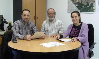 Signatura del conveni. Juanjo Pertegás, president de l'entitat, Francesc Pi, secretari del Club, i Laura Benseny, regidora d'Esports