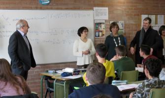 Josep Bargalló, esquerra, ha visitat diferents aules de l'institut Pere Calders