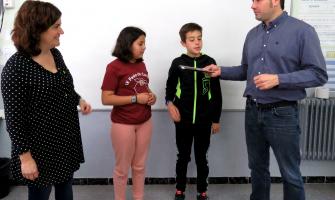 L'alcalde lliura el NIF a una de les cooperatives de l'Escola La Sínia