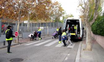 Una agent cívica treballant per facilitar l'accés al centre Jeroni de Moragas