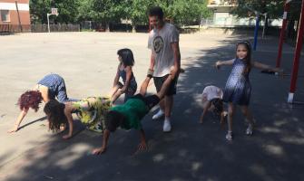 Els infants fent figures humanes. Foto Tot Cerdanyola