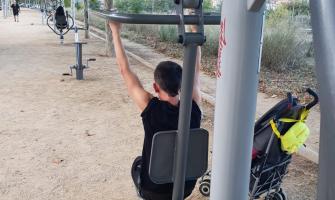 Usuari fent exercici a una de les màquines instal·lades