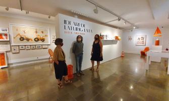 Fina Duran comissària de l'exposició i sòcia dels Amics del MAC, David Ymbernon l'artista i Pepi Rivera, regidora de Cultura